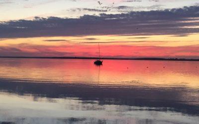 Przeżyj zachód słońca na morzu